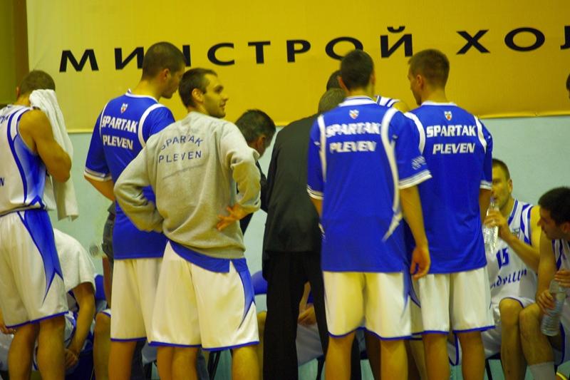 Спартак прави 16 тройки, пада с 3 точки във Варна