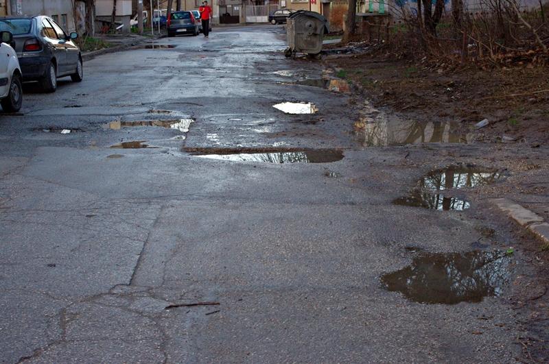 Мият улици и кърпят дупки след трайното затопляне на времето