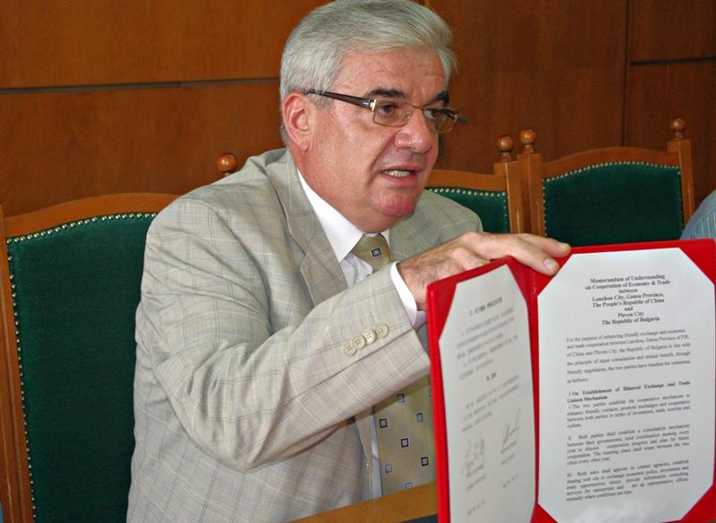 """Кметът на Плевен се прибра от Китай с подписана """"декларация за намерения"""""""