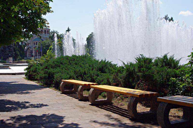 Плевенчани отдъхват на нови пейки на Каскадата