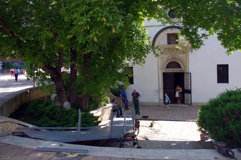 """Правят подход за хора с увреждания пред църквата """"Свети Николай"""""""