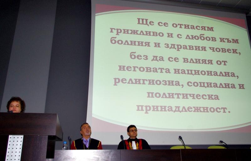"""Випуск 2013 на факултет """"Здравни грижи"""" получи дипломите си на тържествена церемония"""