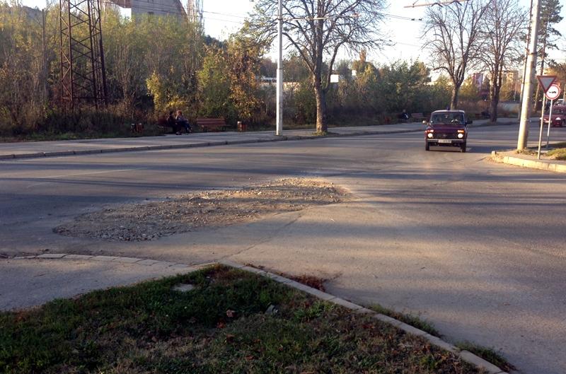 Няма кой да асфалтира голяма дупка на опасно кръстовище в града