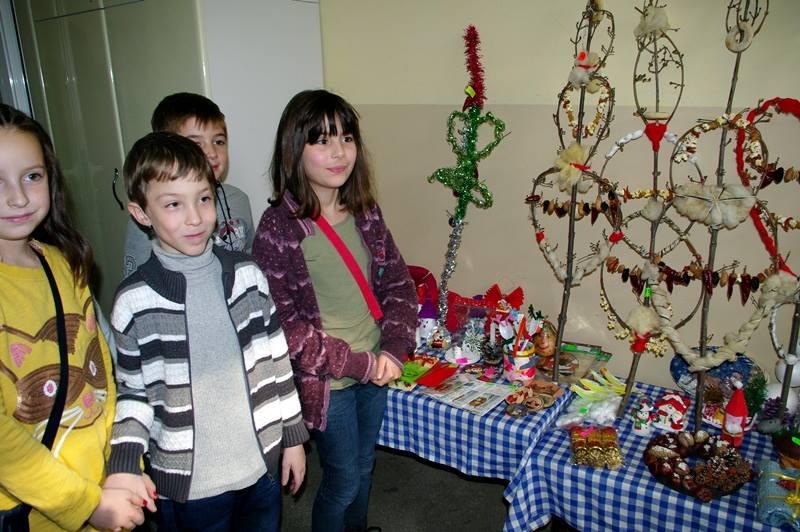 """Традиционния си благотворителен коледен базар организираха учениците от НУ """"Христо Ботев"""""""