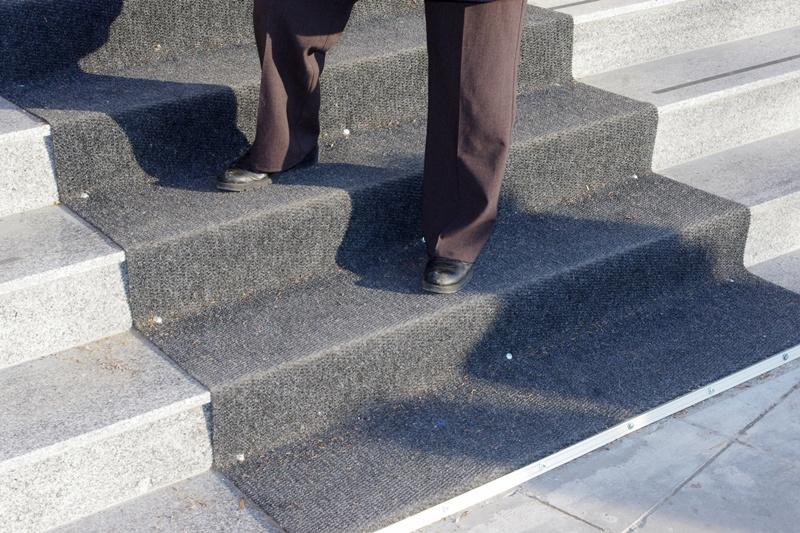 Стъпала или пързалка на входа на Съда