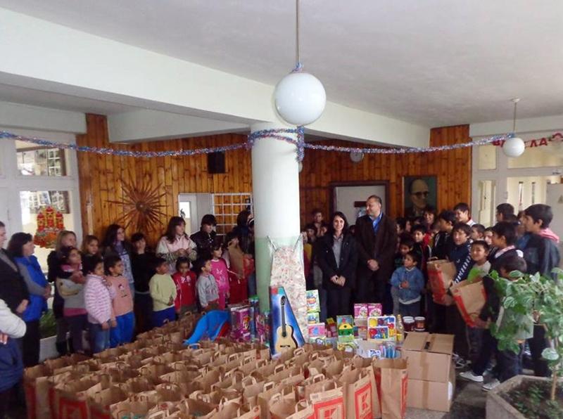 """С много подаръци зарадваха децата от Помощно училище-интернат """"Асен Киселинчев"""" в Долни Дъбник"""