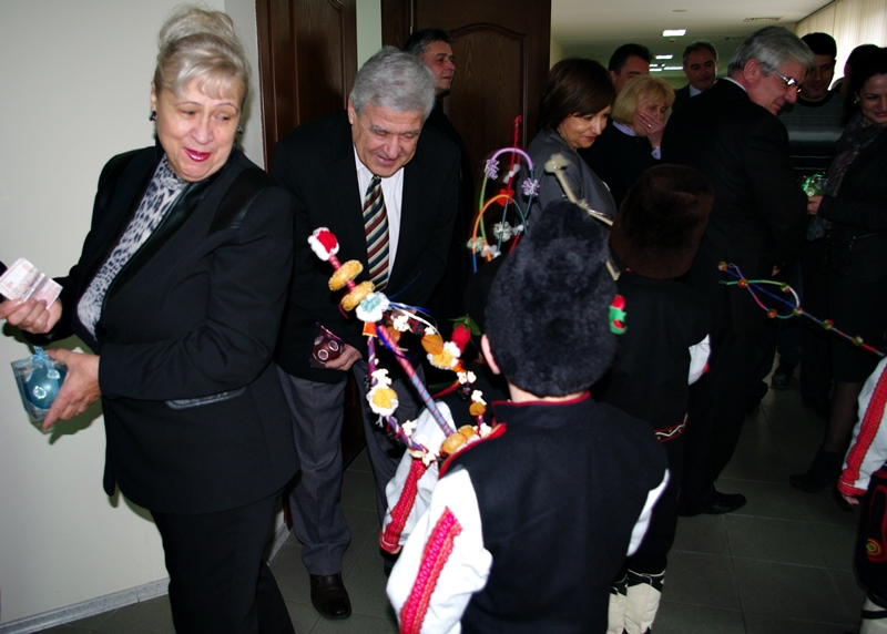 Малчугани сурвакаха съветниците и кмета. Един от тях спази традицията на дарението..