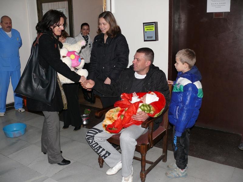Подаръци от кметицата получи първото бебе в община Левски за 2014-а