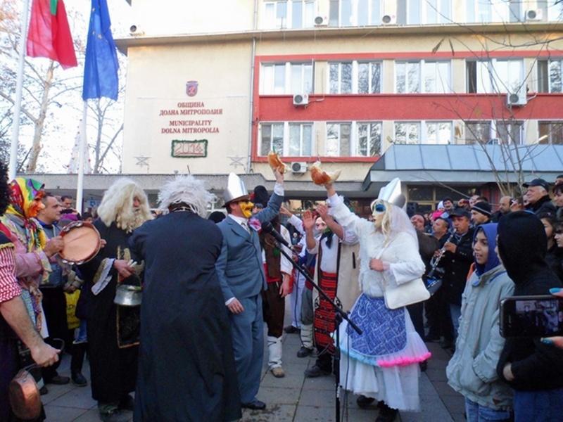 Кукери шетаха на Ивановден в Долна Митрополия