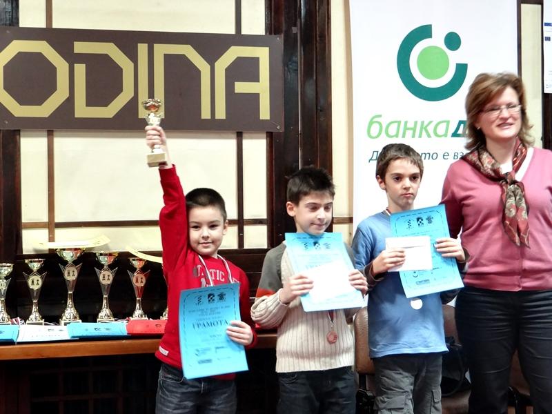 """Малките шахматисти на СКШ """"Плевен 21"""" спечелиха две купи"""