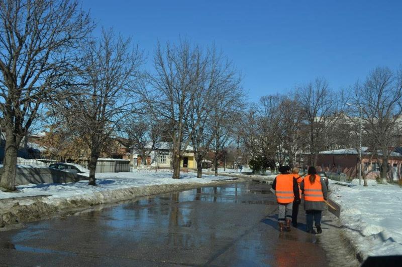 Специализирана техника чисти улиците в Белене след топенето на снега