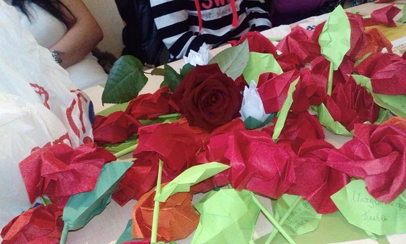 Над 100 рози от цветна хартия подариха на плевенчанки членовете на Младежки форум