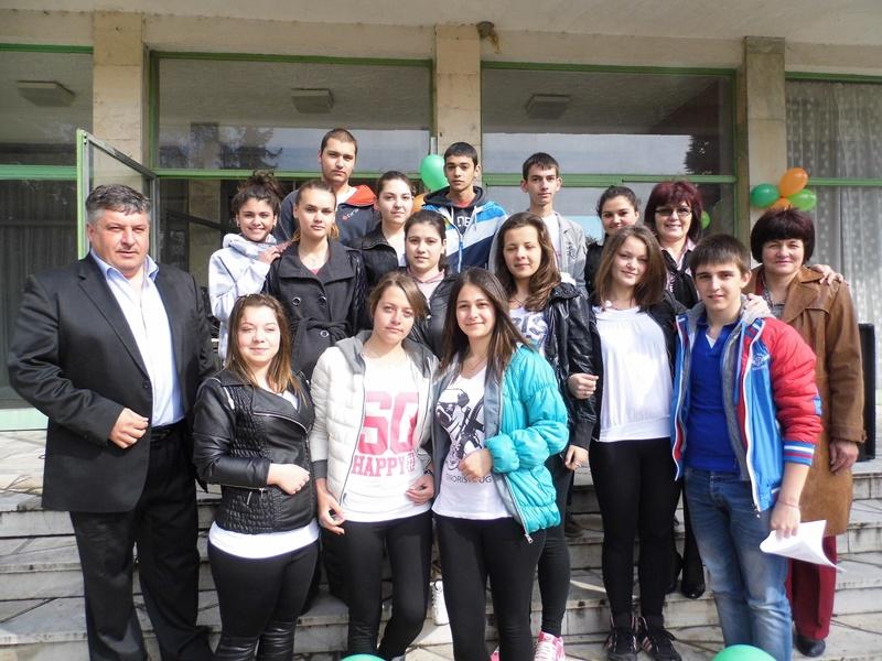 """Ученици от Гулянци стартираха благотворителна акция за децата от Дом """"Детелина"""""""