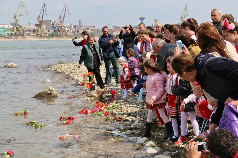 Лазарки гостуваха на кмета и общинските съветници в Никопол