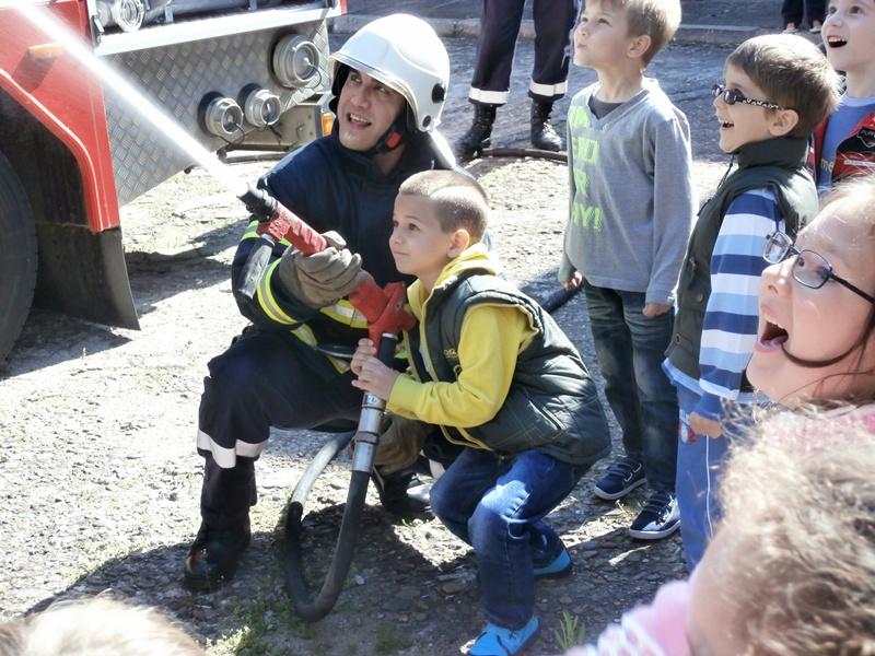 """Как се гаси пожар научиха малчуганите от ОДЗ """"Първи юни"""" (галерия)"""
