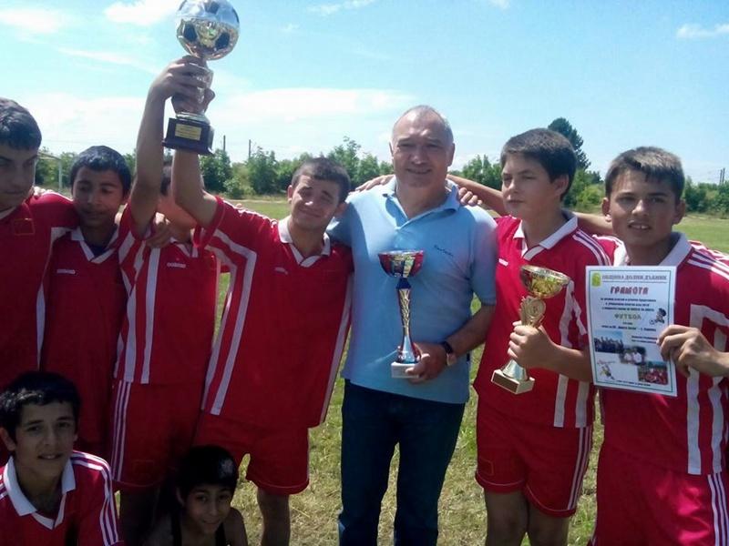 Футболистите от Садовец грабнаха Купата на кмета на Община Долни Дъбник
