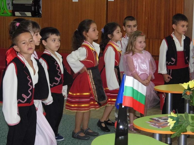 """С пъстра фолклорна програма в Гулянци приключи проектът """"Мечтите за слънчево детство се сбъдват заедно"""""""