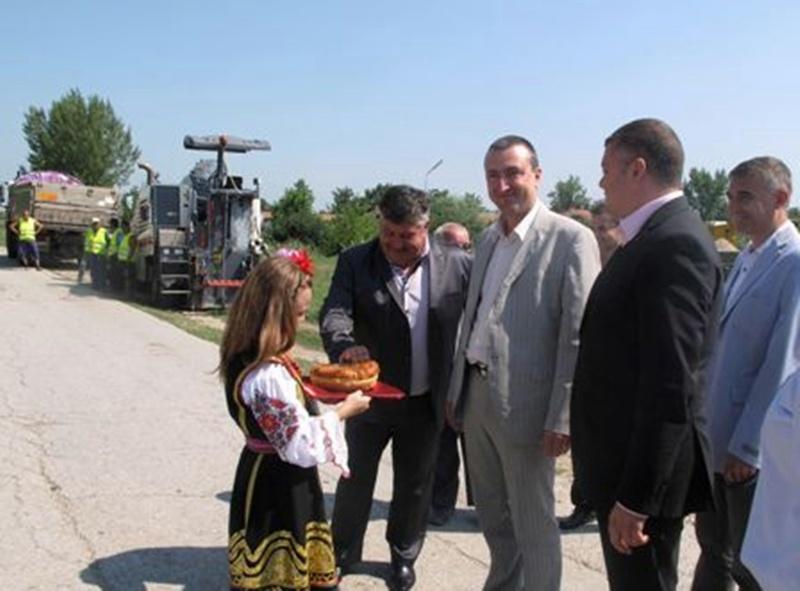 Директорът на ДФЗ направи първа копка на два пътни участъка в Гулянци