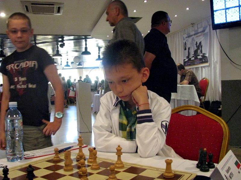 Десетгодишен плевенски шахматист мери сили с мъже в Парацин