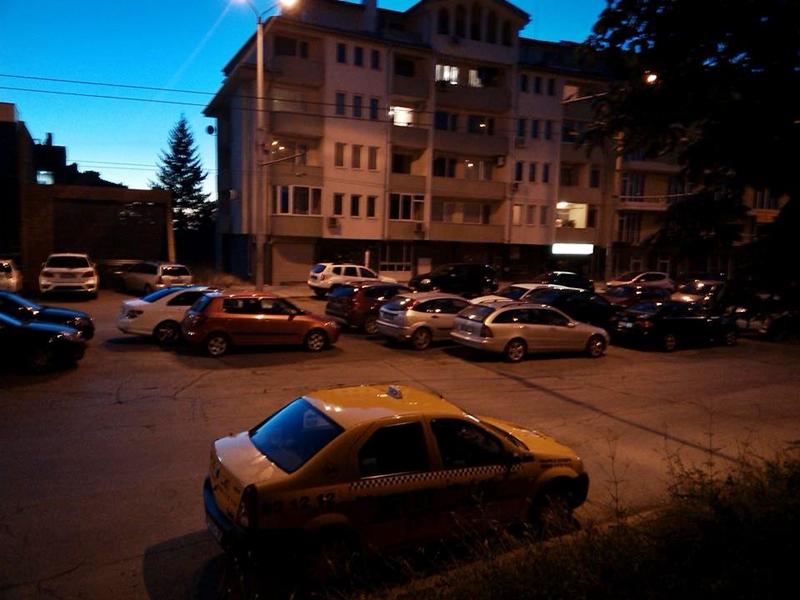 """Импровизиран """"паркинг"""" затруднява движението на входа на квартал """"Дружба"""""""