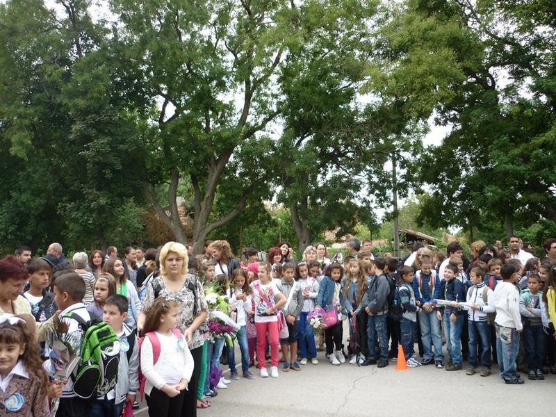 """Училище от Левски се включва в кампанията """"Цветя за децата от Мизия"""""""