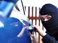 В Плевен задържаха двама в момент на кражба от автомобил