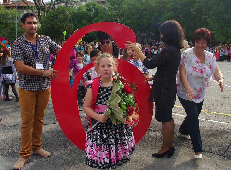 """В изцяло обновен училищен двор посрещна днес НУ """"Патриарх Евтимий"""" ученици и родители – фото-галерия"""