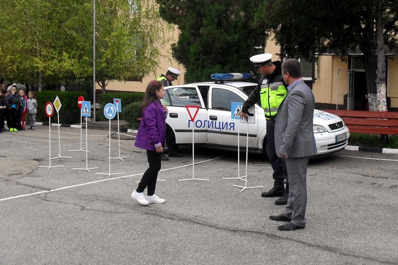 """Пътни полицаи се срещнаха с малчуганите от НУ """"Христо Ботев"""""""