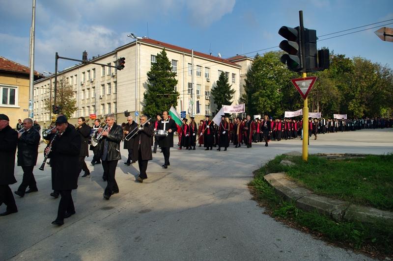 Честит юбилей на Медицински университет Плевен! – /фото-галерия с кадри от празничното шествие днес/