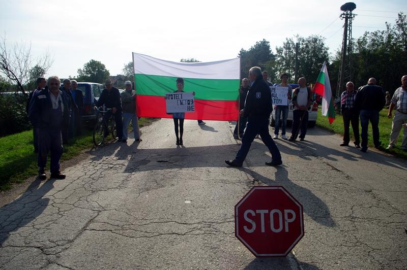 Десетки блокираха за 2 часа пътищата в община Левски! – фото-галерия