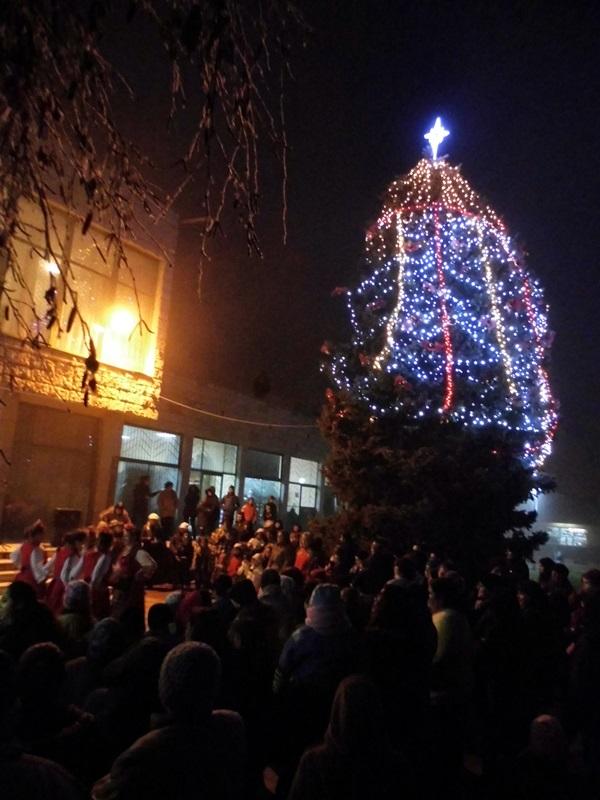 Над 200 метра светещи гирлянди красят коледната елха в Гулянци