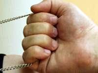 Апаш заплаши с нож чужденец и отмъкна златния му ланец на улица в Плевен