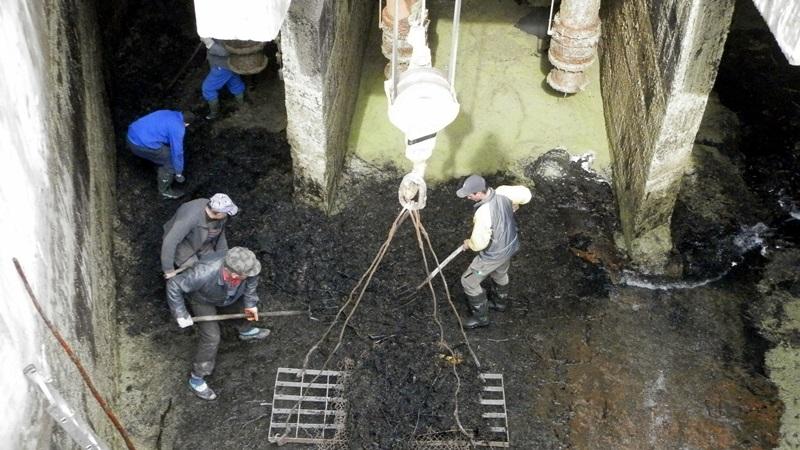 Работи се по почистването на аванкамерата при отводнителните помпи в Гулянци