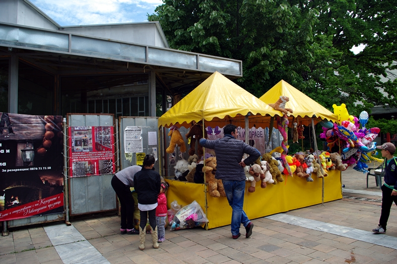 """Бутат павилионите пред """"Спийди"""" в центъра на Плевен!"""