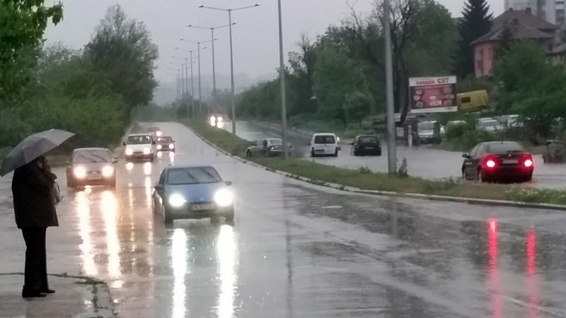 Поройният дъжд затрудни движението по основни пътни артерии – снимки