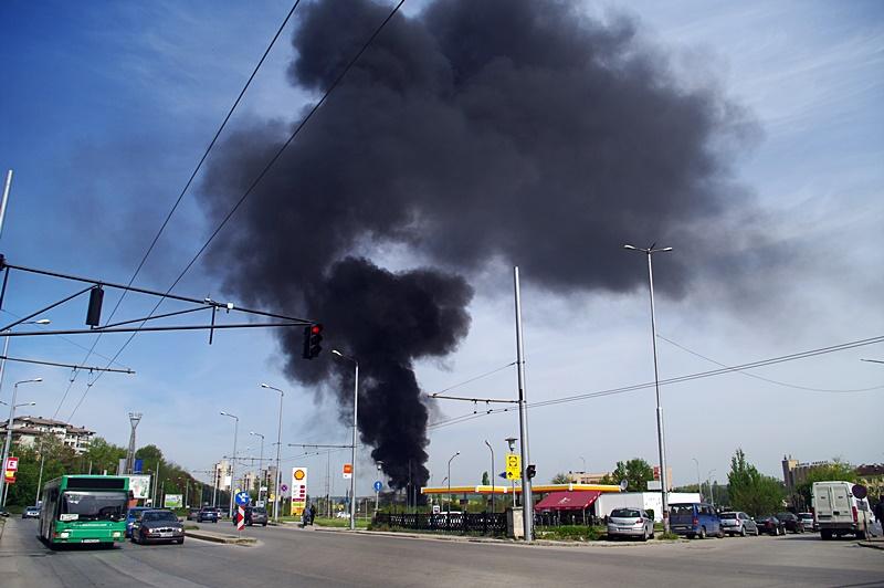 Талази от черен дим и миризма на изгоряла гума в целия град – уникални снимки само в  Плевен за Плевен!