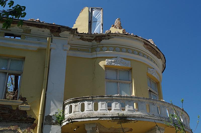 На центъра! Вятърът събори стена на рушаща се сграда! – снимки!
