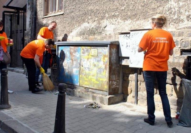 Доброволци на ЧЕЗ почистиха електрически съоръжения в Плевен, Левски и Гулянци