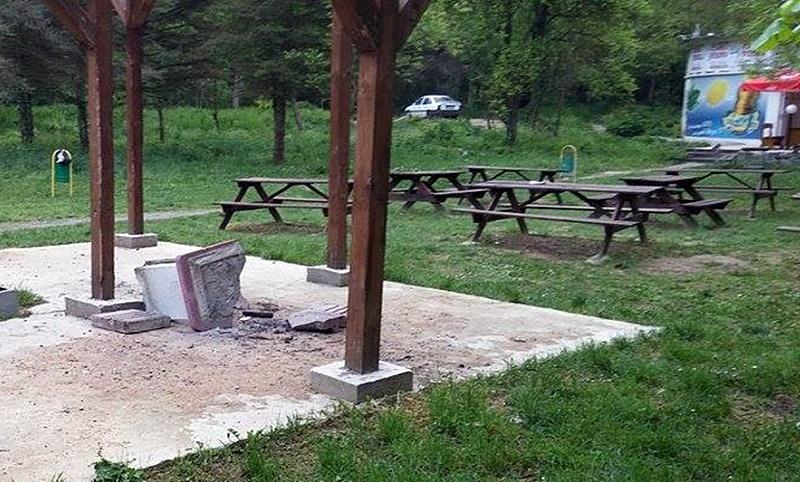 """Нов вандалски акт в парк """"Кайлъка""""! Потрошиха барбекюто до Кривите огледала"""