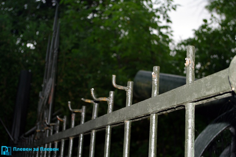 Докога? Вандали потрошиха оградата на Скобелев парк (снимки)
