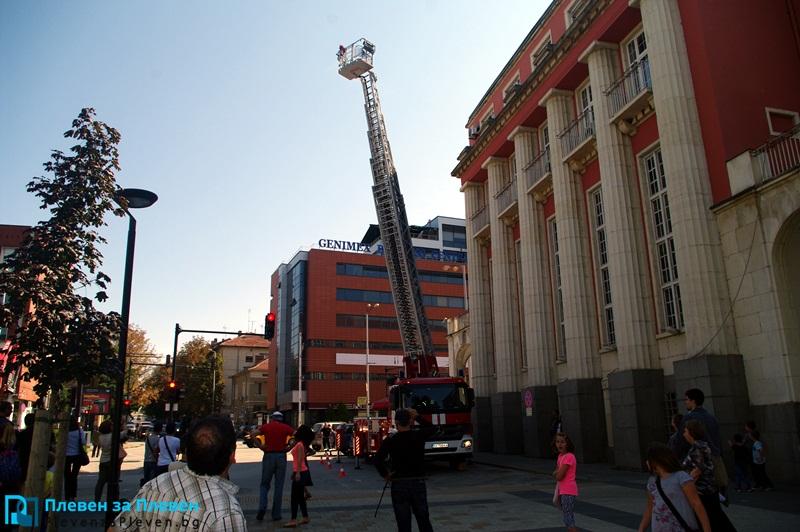 Плевенските пожарникари демонстрираха новата си техника (галерия + видео)