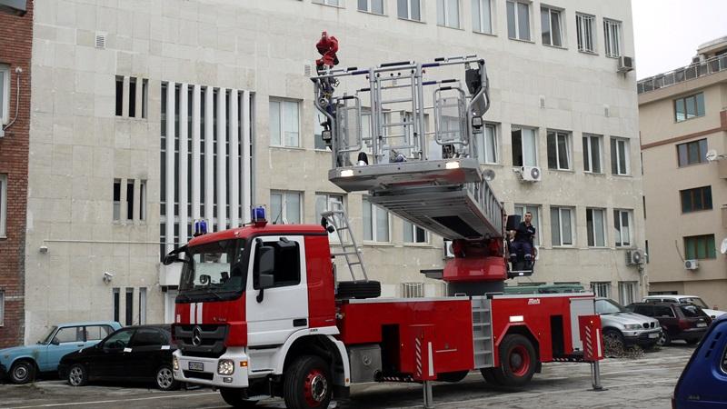 Възможностите на новата 42-метрова автомеханична стълба демонстрираха плевенските пожарникари /снимки/