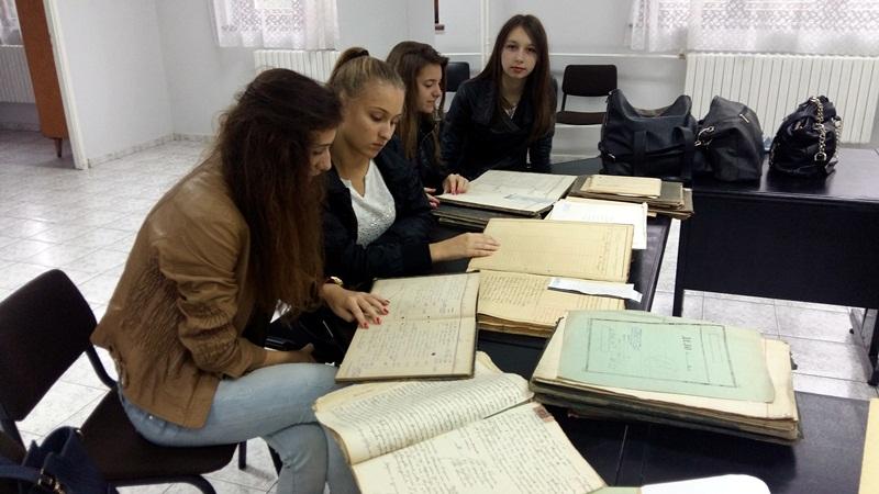 """Ученици от ДФСГ """"Интелект"""" гостуваха в Държавен архив – Плевен"""