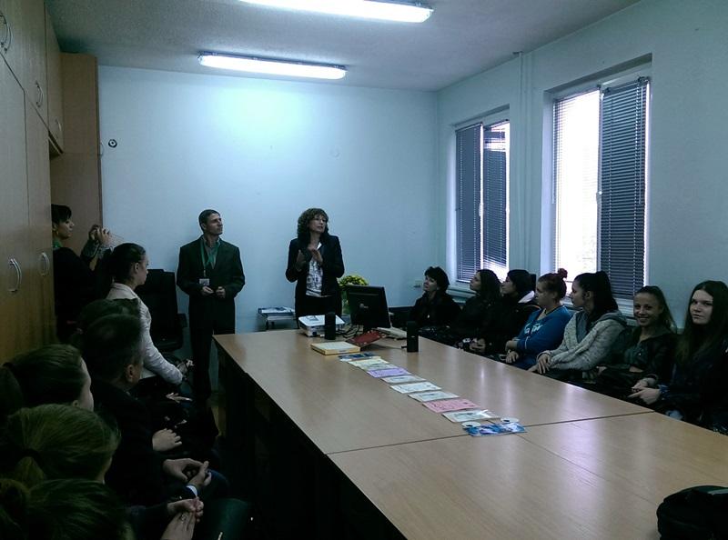 """Ученици от ДФСГ """"Интелект"""" посетиха плевенското статистическо бюро"""