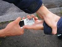 Двама набиха и задигнаха телефона на 60-годишен