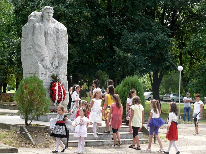 Левски отбелязва тържествено днес 73 години от обявяването си за град