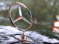 "Неправоспособен шофьор върти волана на ""Мерцедес"" из Плевен"