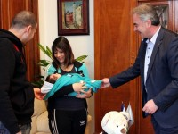 Кметът Спартански посрещна първото бебе на Плевен за 2017-а и родителите му