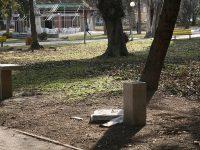Вандалите не пожалиха и шахматните маси в Градската градина…