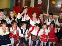 """В Детска градина """"Лилия"""" в Брестовец посрещнаха Баба Марта"""